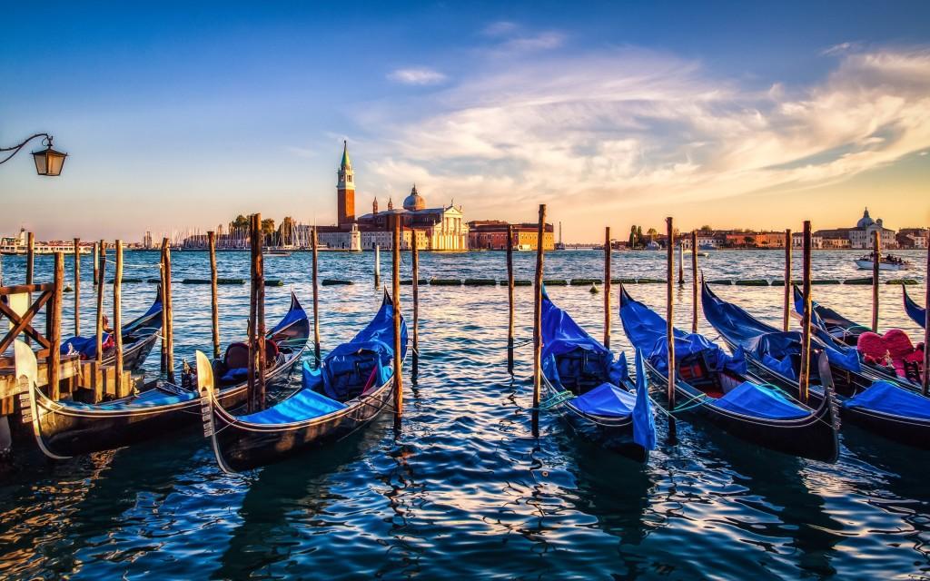 Gondolas_sunset_Venice_wallpaper